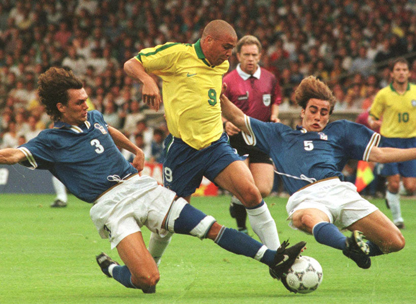 Maldini e Cannavaro tentano di contrastare Ronaldo. Siamo nel 1997.