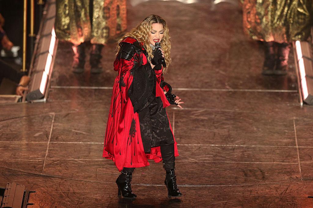 #Escile: E Madonna scopre il seno ad una fan