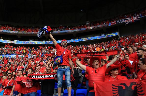 Tifoso albanese si infila fumogeno nel retto: fermato