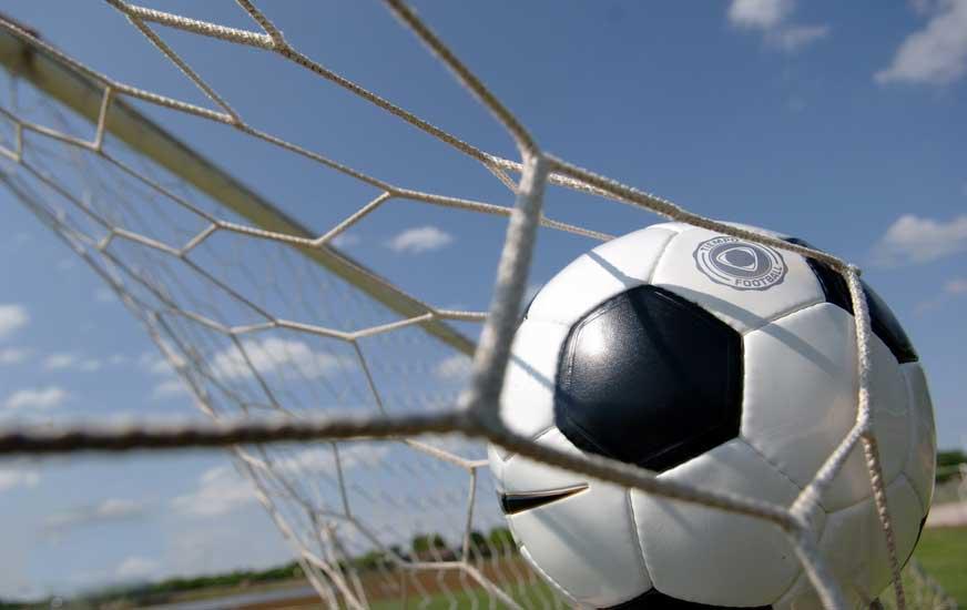 giocatore bacia pallone