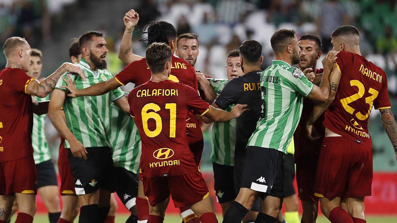 Nervosismo Roma contro il Betis: finisce in 8, espulso anche Mourinho
